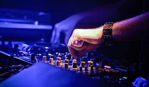 dj che suona durante una festa