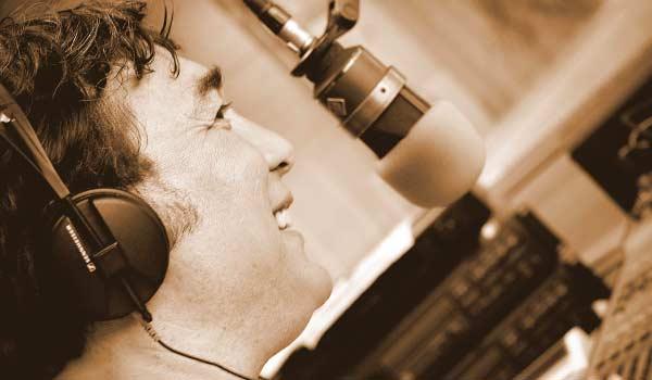 Filippo in radio che parla al microfono